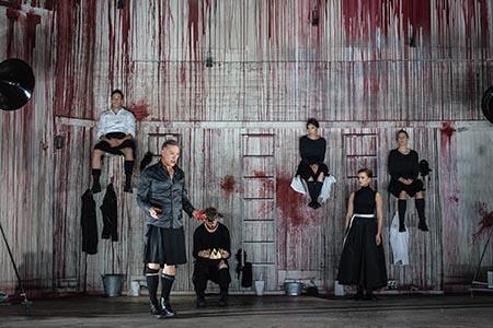 Macbeth Maximteatern 2016 Regi: Stefan Larsson Scenografi: Rufus Didwiszus Medverkande: Mikael Persbrandt, Marie Richardson, Ellen Jelinek, Johannes Bah Kunhke, Charlotta Jonsson, Jens Hultén